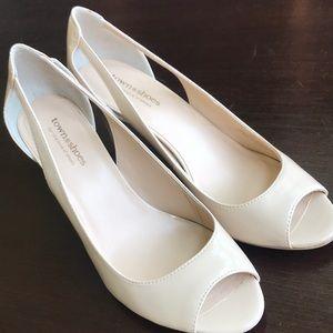 Town Shoes size 9M patent nude pumps